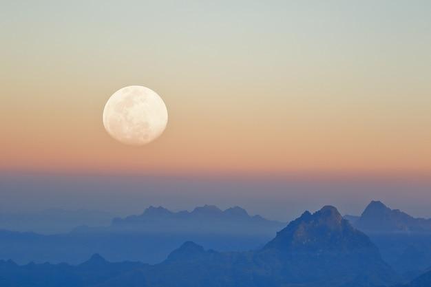月で見られる夕暮れの山