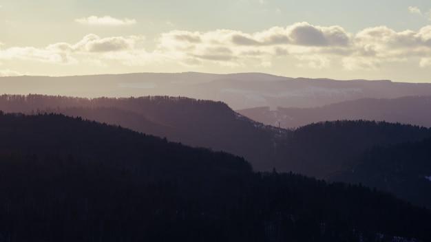 魔法の夕日の山脈。夕暮れ時のカルパティア山脈の景色の色のバリエーション
