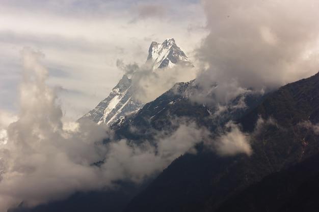 雪と霧の空に覆われた山々