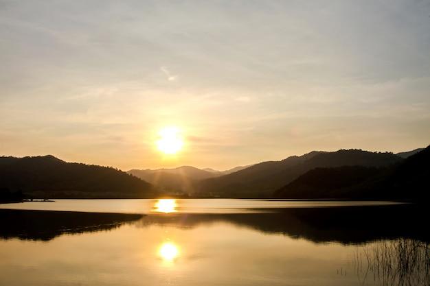 日没時と湖の間の山々。夏季には美しい自然の風景