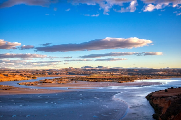 美しい青い曇り空の下でキラリと光る山々 無料写真