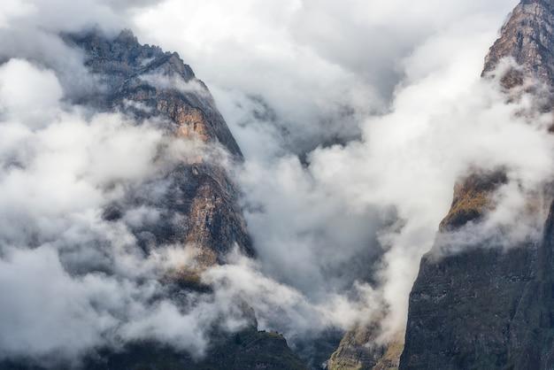 曇りの夜の低い雲の山