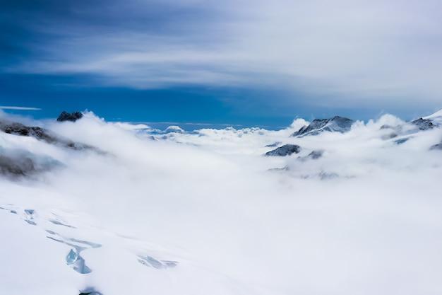 융프라우 지역의 안개 속의 산들