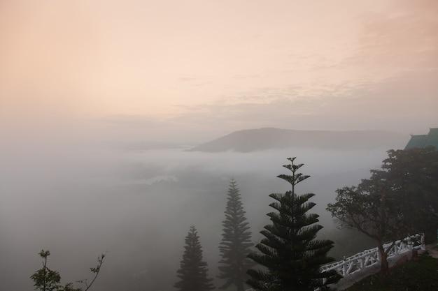 Горы в утреннем тумане