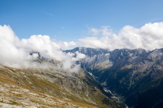 オーストリアのアルプスにあるホーエタウエルン国立公園の山々。背景