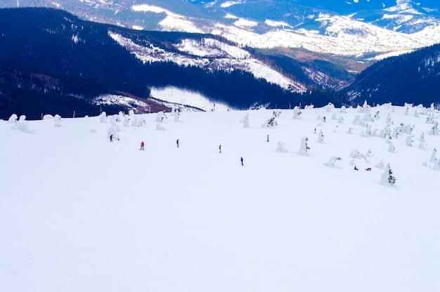冬の雲の背景に雪の山