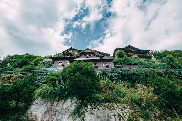 Горы в деревне гальштат в австрийских альпах, регион зальцкаммергут