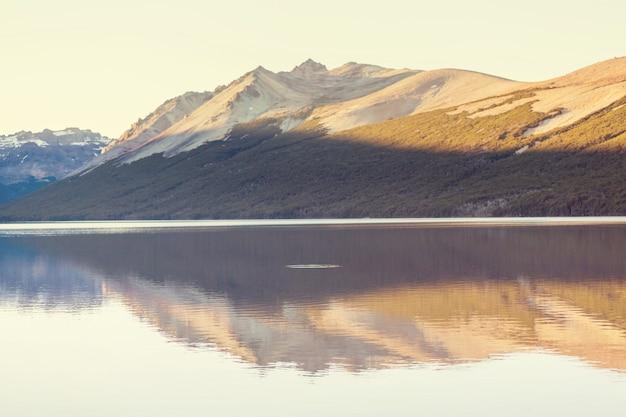 Озеро в горах в патагонии