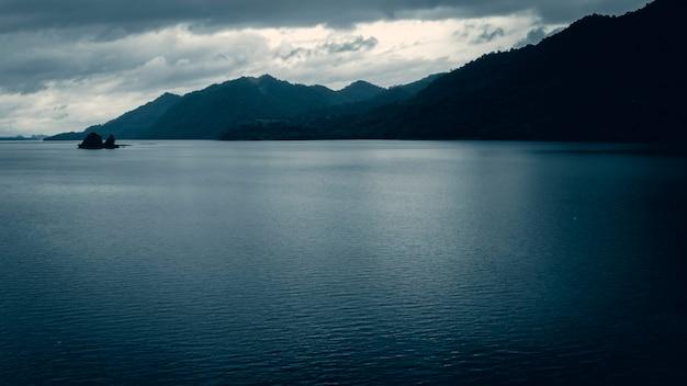 山、湖、早朝の霧。タイのカンチャナブリの美しい風景。