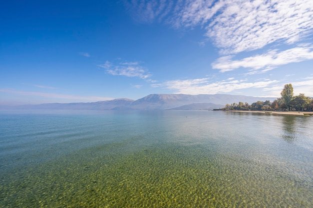 산, 호수 및 이른 아침 안개.