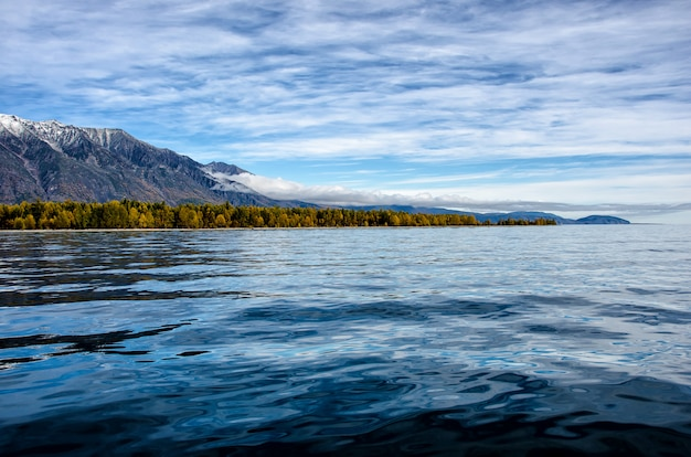 Горный пейзаж. облачное небо в пастельных тонах. романтический пейзаж. приморский вид с силуэтами синих холмов в тумане и осеннем лесу