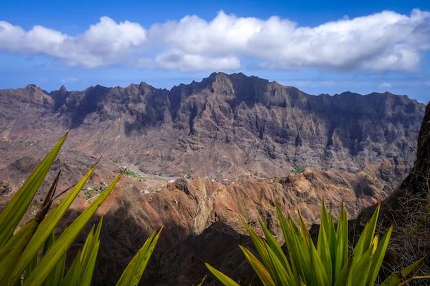 Горы пейзаж панорамный вид на острове санто-антао, кабо-верде