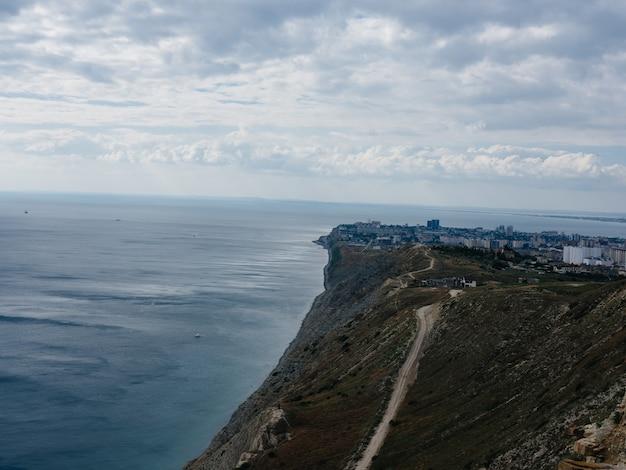 山の風景は空の新鮮な空気を旅行します。高品質の写真