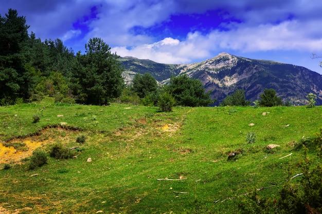Горы пейзаж под облачным небом