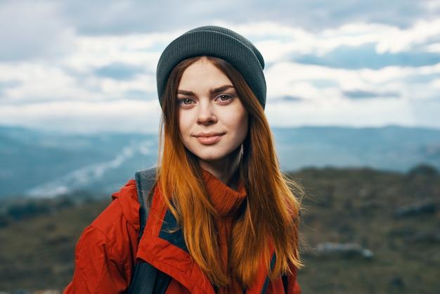 Горы пейзаж женщина отпуск приключения рюкзак туризм модель