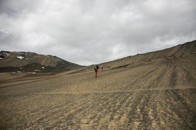 ボリビアのコルディレラレアルアンデスからの山の風景とトレッカー