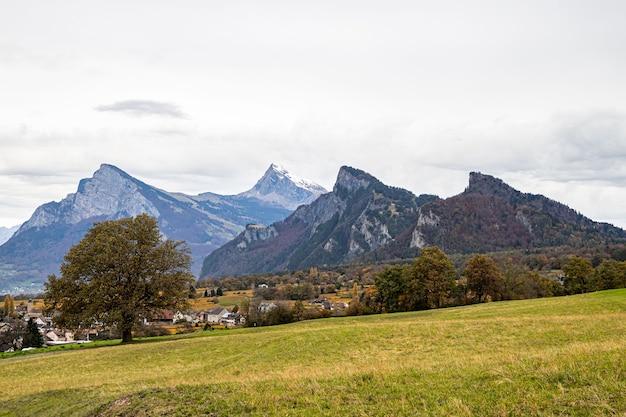 Горы недалеко от дженина и майенфельда, швейцария, осенью