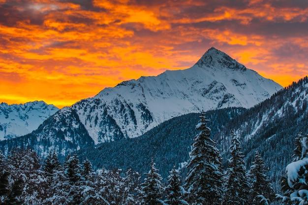 日の出のツィラータールの谷の山々-オーストリア、マイヤーホーフェン。