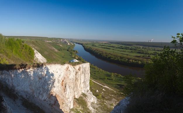 Меловые горы на берегу реки дон в средней полосе россии