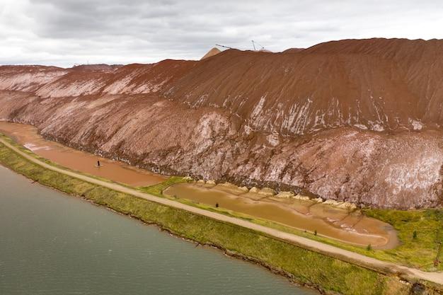 カリ塩と人工貯水池の生産のための製品の山。ソリゴルスク市の近くの塩の山。土地のための肥料の生産。ベラルーシ。