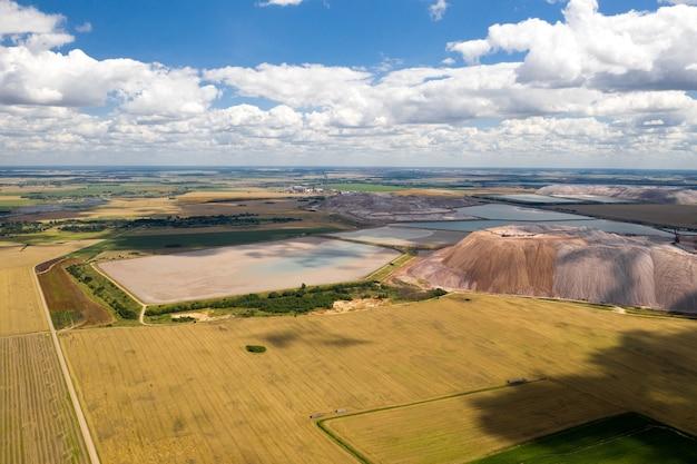 칼륨 소금 및 인공 저수지 생산을위한 산들. soligorsk시 근처의 소금 산들 땅을위한 비료 생산. 벨라루스.