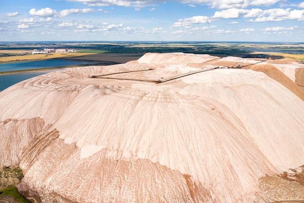 Горы продуктов для производства калийной соли. соляные горы в районе города солигорска. производство удобрений для земли. беларусь.