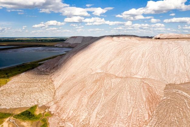 カリ塩の生産のための製品の山。ソリゴルスク市の近くの塩の山。土地のための肥料の生産。ベラルーシ。