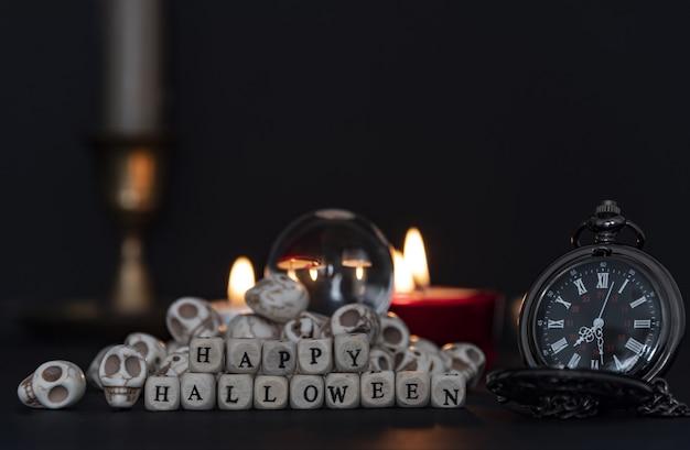幸せなハロウィーンのサインでハロウィーンの夜を祝うカボチャの山