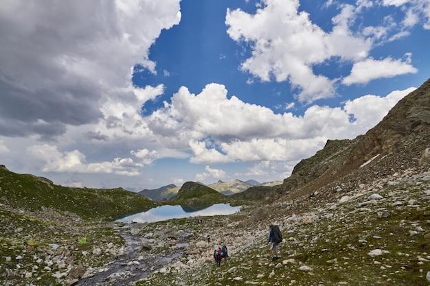코카서스 산맥에는 arkhyz, sofia 호수, 등산, 하이킹 및 하이킹이 있습니다. 여름에 코카서스의 멋진 산. 큰 폭포와 깊고 푸른 호수. 야외 활동