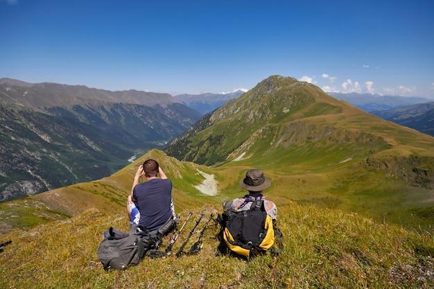 コーカサス山脈は、アルヒズ、ソフィア湖、登山、ハイキング、ハイキングの範囲です。夏のコーカサスの素晴らしい山々。大きな滝と紺碧の湖。野外レクリエーション