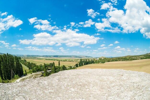 화창한 날에 구름과 푸른 하늘 배경에 산.