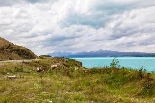 청록색 물 위의 산 남 알프스와 마운트 쿡 뉴질랜드를 향해 트레킹