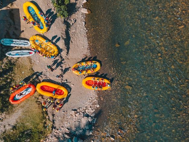 산 강 래프팅 극단적인 매력 여름입니다. 복사 공간입니다. 오버 헤드보기