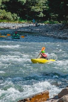 산 강 래프팅 극단적인 매력 여름입니다. 복사 공간