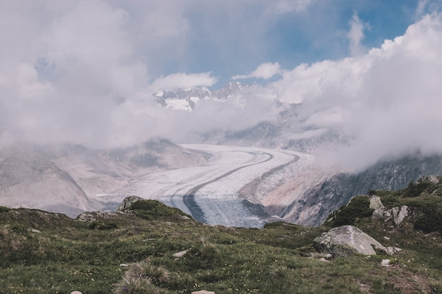 山のシーン、素晴らしいアレッチ氷河を歩き、スイスの国立公園、ヨーロッパのアレッチパノラマウェグをルートします。夏の風景、青い空と晴れた日