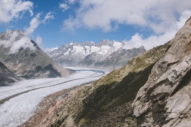山のシーン、素晴らしいアレッチ氷河を歩き、スイスの国立公園、ヨーロッパのアレッチパノラマウェグをルートします。夏の風景、曇り空、晴れた日
