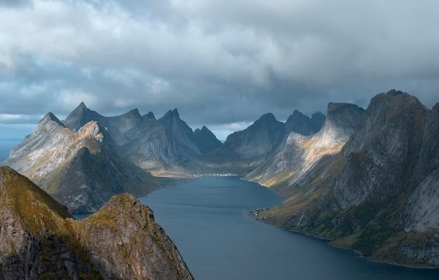 Reinebringen 산 로포텐 제도, 노르웨이의 산, 바다 및 피요르드,