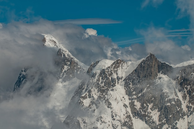 Aiguille du midi에서 구름으로 뒤덮인 산들