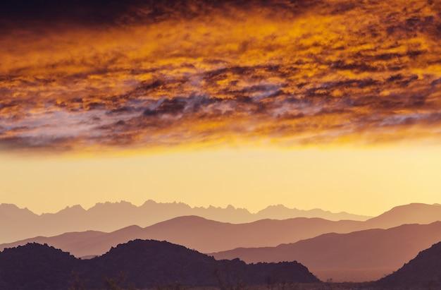 일출에 산 실루엣입니다. 아름 다운 자연 배경입니다.