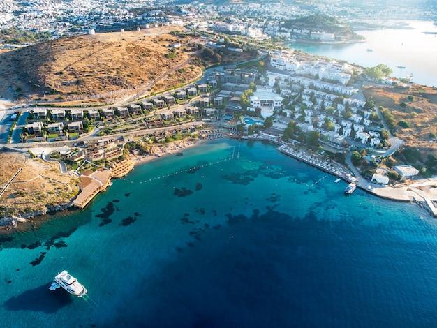 흰색 건물이 있는 여행 휴가 낙원의 태양광 항공 무인 항공기 사진이 있는 산 터키