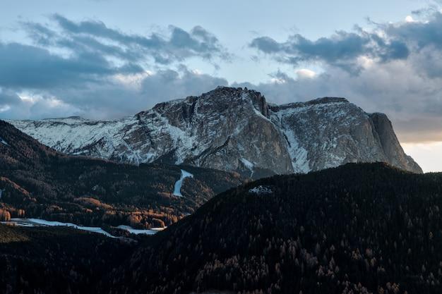 青い空の下の山