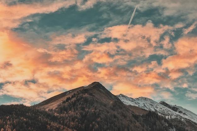 曇り空の下の山