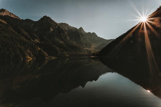 회색 하늘 아래 산