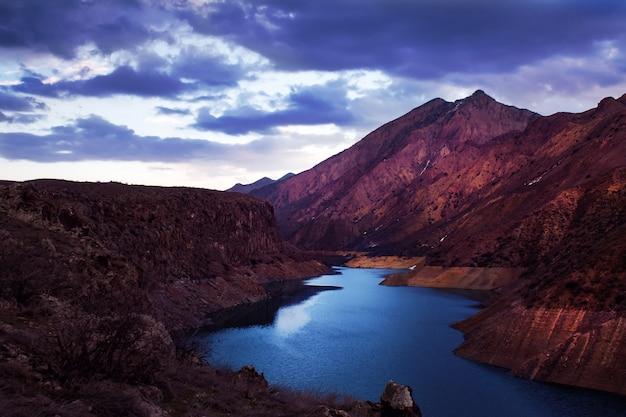Горы с рекой, протекающей через