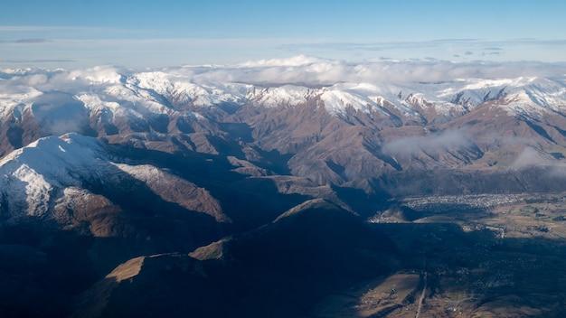 ニュージーランドのクイーンズタウンで作られたサザンアルプスの雪の帽子の空中ショットのある山々