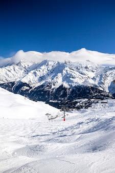 冬の雪の山、アルプス、フランス