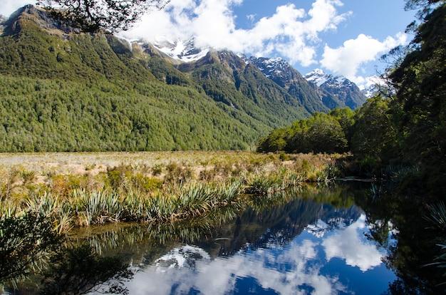 ニュージーランド、ミルフォードサウンドの頂上に雪が降る山々