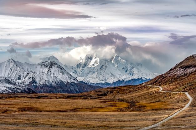 Горы с ландшафтом снежного верха в национальном парке денали, аляска