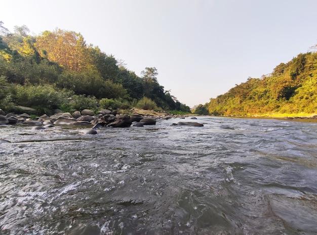 美しい自然と山腹の運河