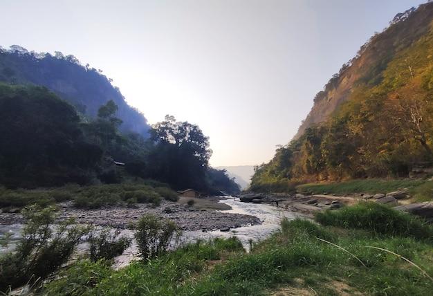 運河のある山腹の自然景観